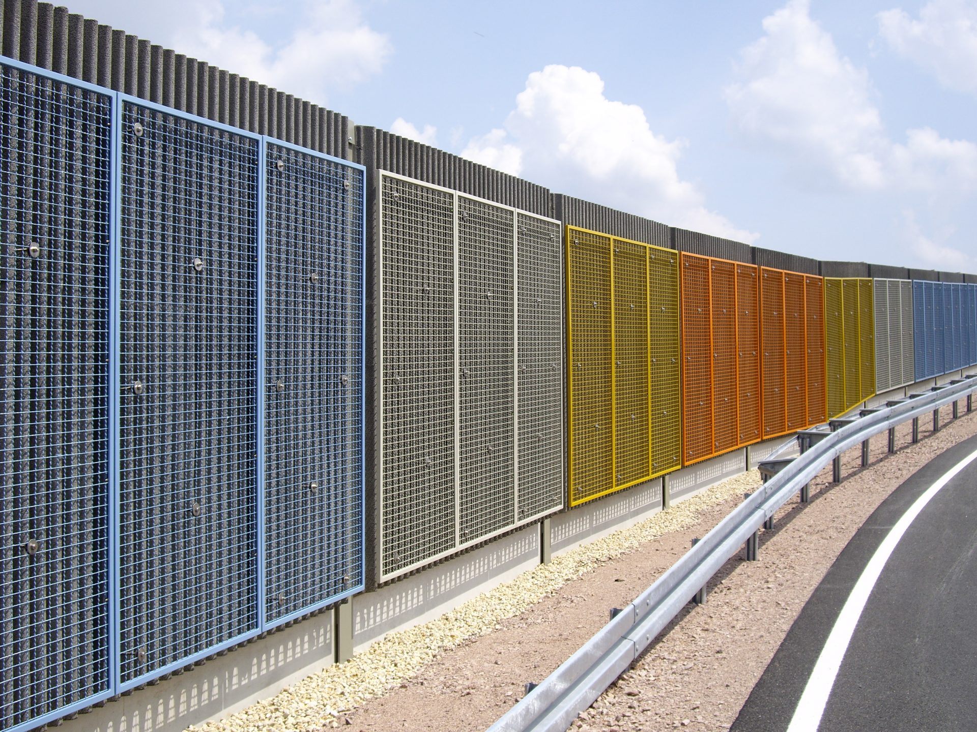 Lärmschutzwand, Beton mit Graffitischutzgittern, Sachsen